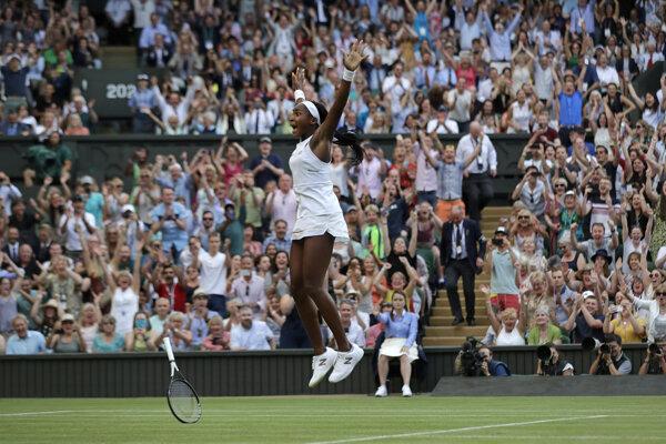 Radosť pätnásťročnej Cori Gauffovej po výhre nad Polonou Hercogovou v 3. kole Wimbledonu 2019.