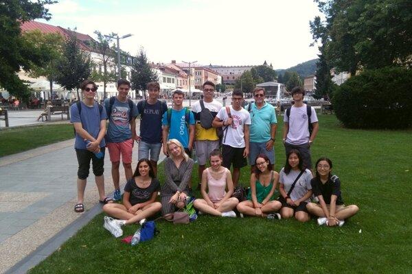 Zahraniční tínedžeri na zvolenskom námestí.