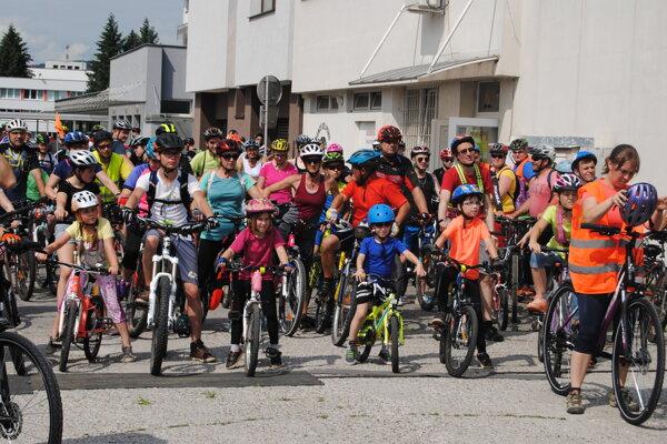 Každým rokom sa nájde viac ľudí, ktorý sa vyberú na bicykloch do prírody.