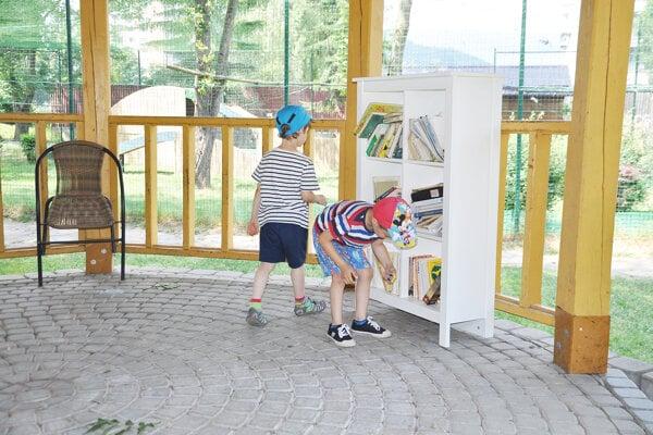 Do čitárne chodia deti aj dospelí.