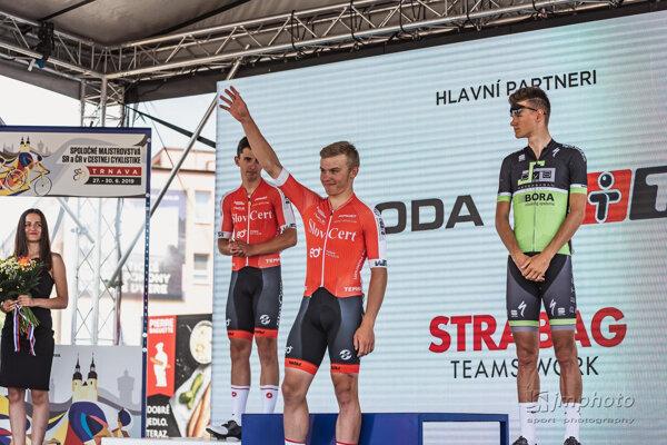 Pavol Kramarčík (v strede) vyhral preteky s hromadným štartom.
