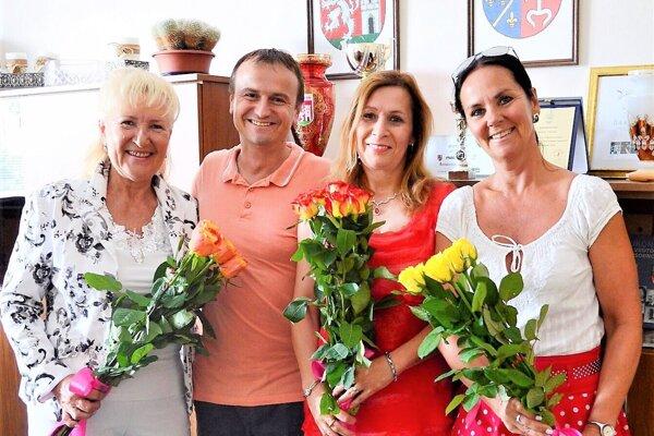 Primátor Branislav Zacharides s čerstvo vymenovanými riaditeľkami.
