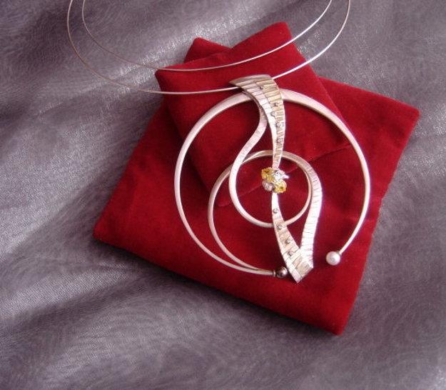 Marián sa okrem iného venuje aj výrobe šperkov.