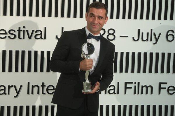V Karlových Varoch získal Cenu za najlepší mužský herecký výkon.