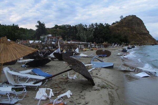 Pláž po búrke na Chalkidiki.