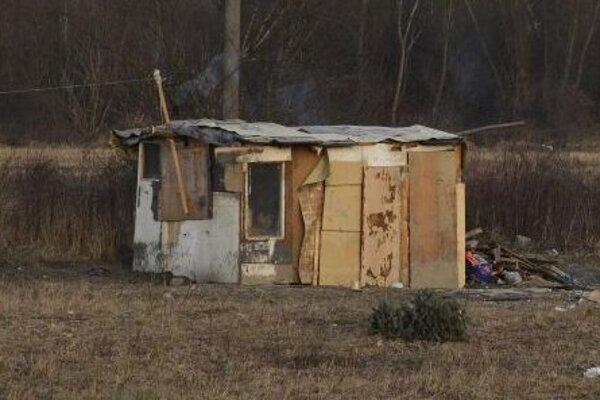 Obyvatelia osady Lubina žijú v takýchto chatrčiach. Hygiena sa pre malé deti dodržiava len veľmi ťažko.