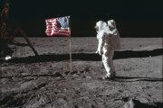 Edwin Aldrin pri americkej vlajke a lunárnom module na Mesiaci.