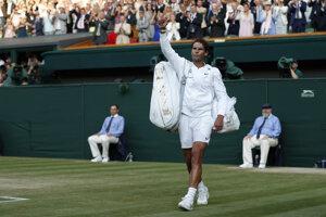 Rafael Nadal zdraví obecenstvo po skončení semifinále Wimbledonu 2019.