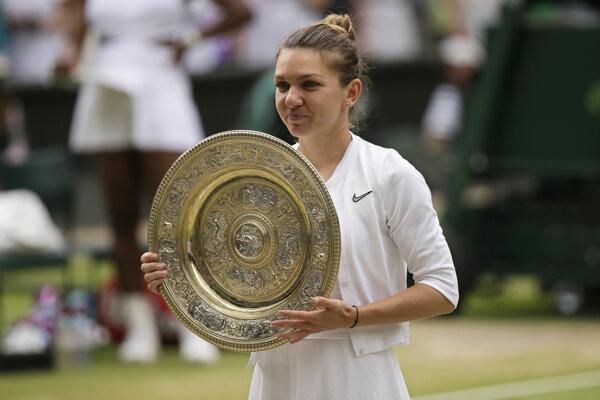Simona Halepová pózuje s víťaznou trofejou.