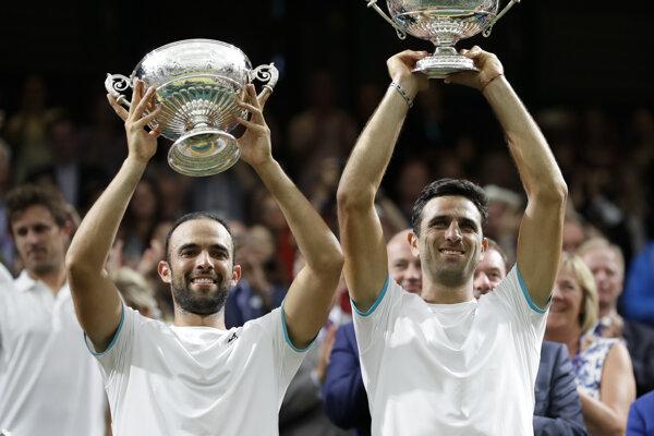 Juan Sebastián Cabal (vľavo) a Robert Farah pózujú s víťaznou trofejou.