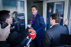 Martin Glváč v obklopení novinárov.