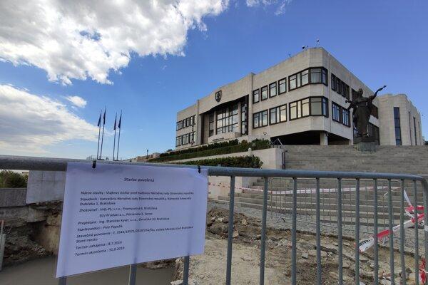 Stavba stožiaru pred budovou Národnej rady