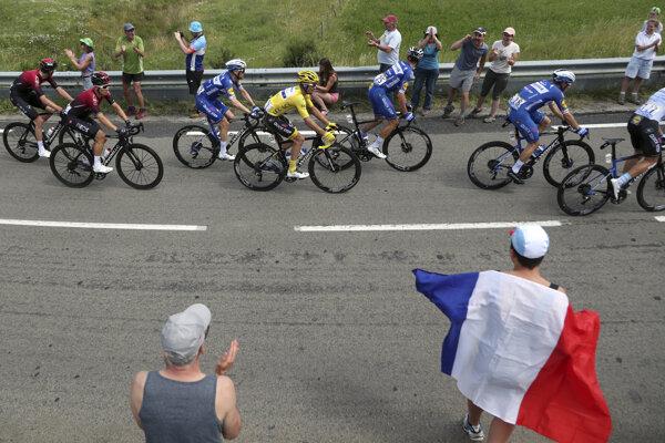 Fanúšikovia povzbudzujú cyklistov počas deviatej etapy na Tour de France 2019.