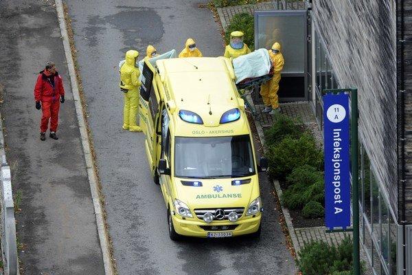 Nakazenú lekárku prevážajú do nemocnice v Osle.