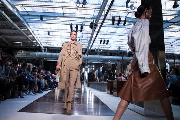 Modelka Kendall Jennerová predvádza kreáciu z kolekcie jar/leto 2019 značky Burberry.