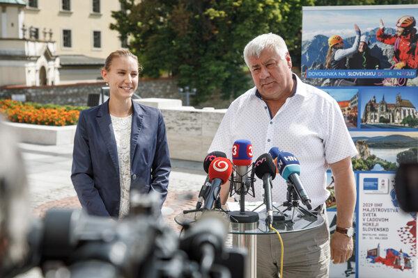 Generálna riaditeľka sekcie cestovného ruchu Lenka Šprochová a minister dopravy a výstavby Árpád Érsek.