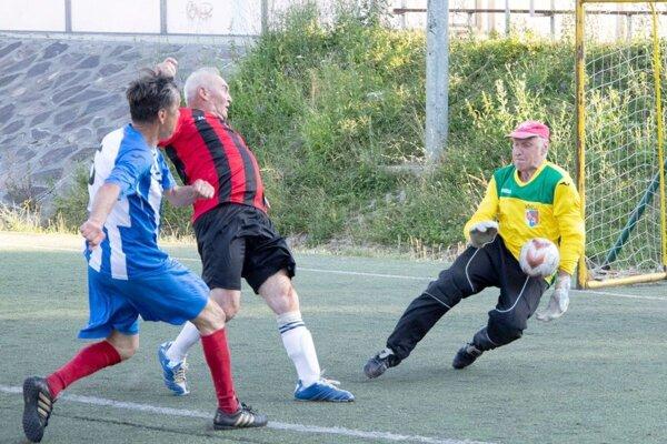 Zdenko Uhrík (vpravo) chytá Dianovu strelu vnedávnom zápase ligy šesťdesiatnikov.