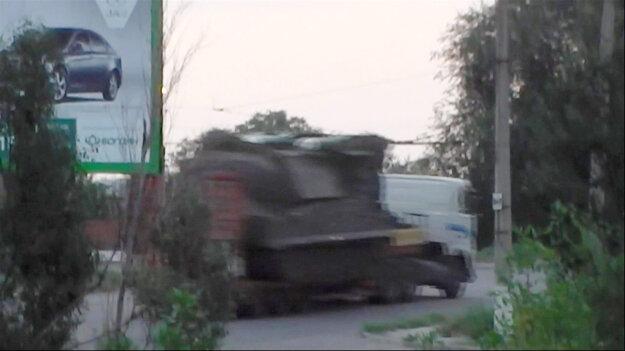 Snímka z videa, na ktorej vidno systém BUK na nákladiaku.