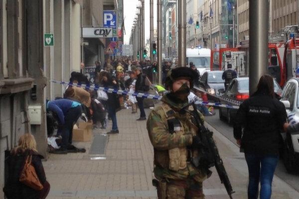 Situácia pred stanicou Maalbeek krátko po výbuchu.