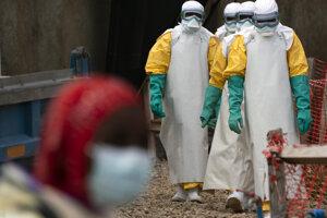 Zdravotníci zasahujúci proti ebole.