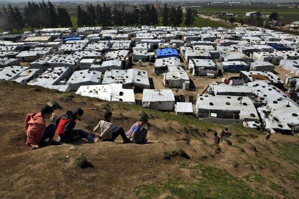 Sýrske deti nad utečeneckým táborom v meste Bar Elias, na východe Libanonu.