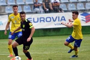 Besir Demir (v strede), vľavo Martin Kolesár a vpravo Jozef Šimon Turík v zápase 1. kola Fortuna ligy 2019/2020 MFK Zemplín Michalovce - MŠK Žilina.