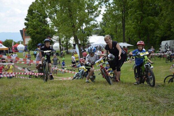 Na trati malým pretekárom občas pomáhali aj rodičia.