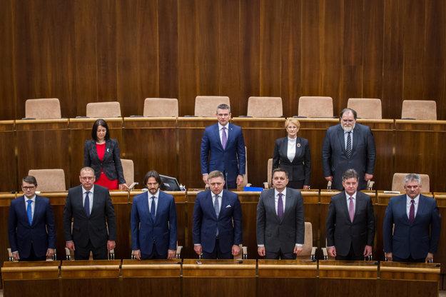 Na skladanie sľubu sa prizerá premiér Robert Fico a členovia jeho kabinetu.