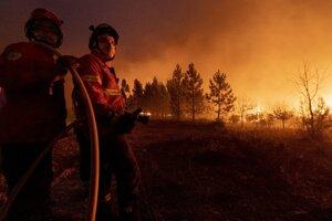 Hasiči sa snažia uhasiť lesný požiar neďaleko portugalskej dediny Cardigos.
