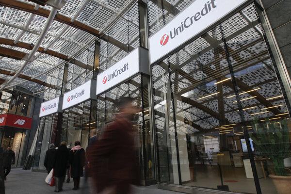 Vchod do sídla banky UniCredit, ktorá sa nachádza v 32-poschodovej výškovej budove v Miláne.