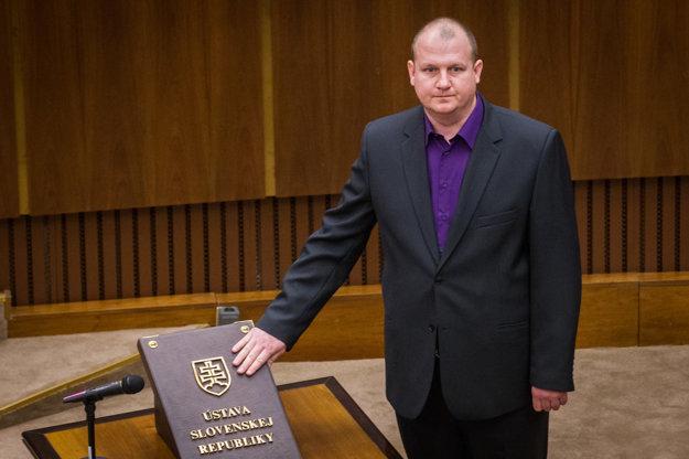 Peter Krupa sa zviditeľnil zbraňou, ktorú si v pondelok priniesol do parlamentu.