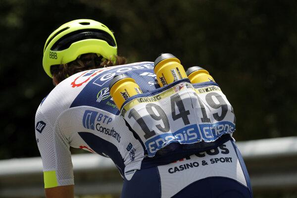 Nórsky cyklista Odd Christian Eiking nesie vodu pre svojich spolujazdcov počas ôsmej etapy Tour de France 2019.