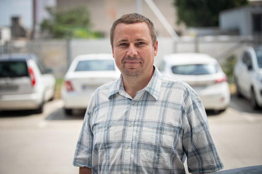 Peter Kováč (40) býva v Klasove. Na vysokej škole vyštudoval prevádzkovú bezpečnosť. Robí revízie a inštalácie, predaj a výroba cukrovej vaty je jeho koníčkom.