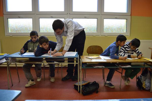 Martin so žiakmi na hodine matematiky.