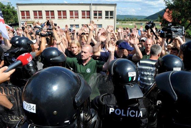Foto zo Šarišských Michalian, august 2009. Marian Kotleba v popredí ešte ako predstaviteľ strany Slovenská pospolitosť, ktorá bola neskôr zrušená súdom.