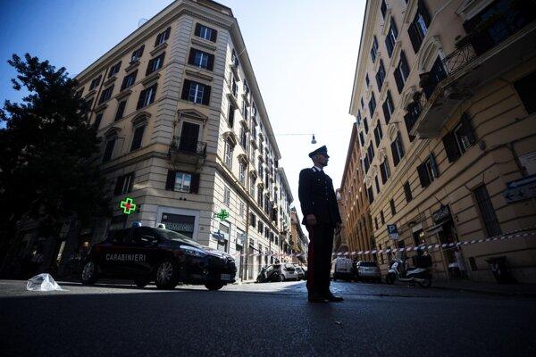 Príslušník karabinierov hliadkuje v Ríme neďaleko miesta, kde zavraždili jeho kolegu.