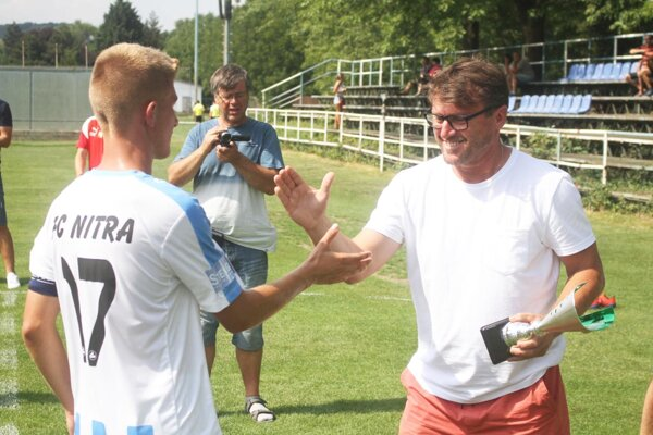 Ľubomír Moravčík blahoželal Máriovi Strakošovi, kapitánovi FC Nitra.