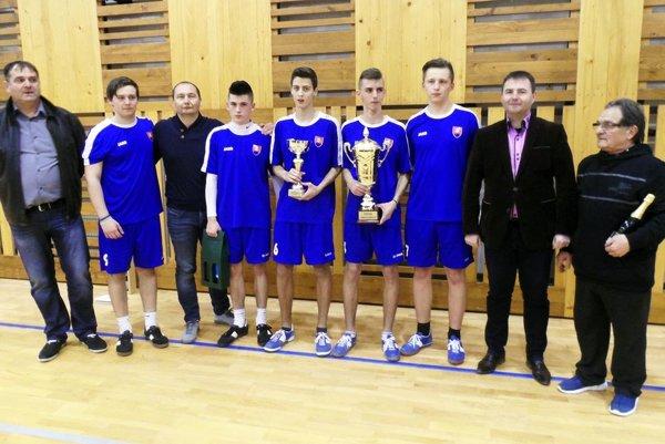 Víťazný pohár získal tím CVČ Veľké Zálužie.