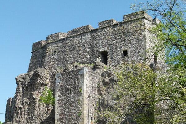 Šachtu hradnej studne (v strede fotografie) vidieť zo severného nádvoria.