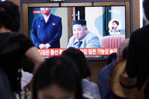 Ľudia sledujú v TV severokórejského vodcu Kim Čong-una po odpálení balistických striel Severnou Kóreou.