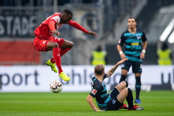 Dodi Lukebakio Ngandoli (vľavo) ešte v drese Düsseldorfu a hráč Herthy Berlín Ondrej Duda.