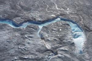 Na západe grónskeho ľadovca sa vytvárajú veľké rieky vytvorené z vody z roztopených ľadovcov a odtekajú cez diery v ľadovci.