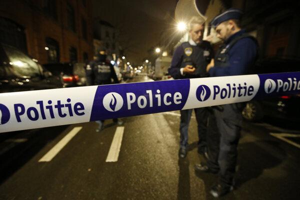 Policajná hliadka v bruselskej štvrti Schaerbeek.
