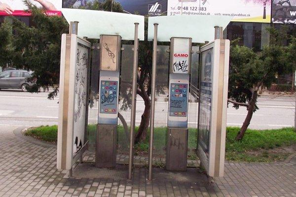 Posledné verejné telefónne automaty odniesli z Nitry v roku 2013. Búdky odvtedy slúžia len na reklamné účely.