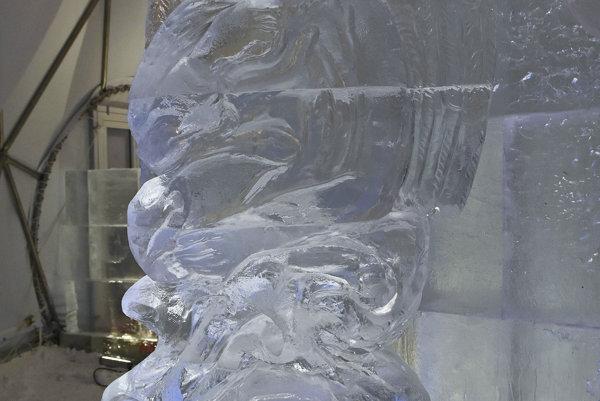 Ľadová socha anjela v hlavnej sieni dómu počas otvorenia Tatranského ľadového dómu na Hrebienku vo Vysokých Tatrách.