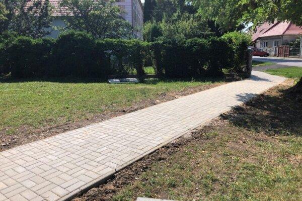 Nový chodník na Komenského ulici.