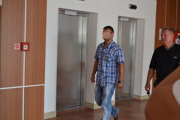 Ladislava (vľavo), ktorý opakovane šoféroval opitý, sudca poslal do domáceho väzenia.