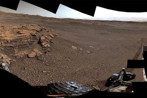 Panoráma oblasti Teal Ridge v kráteri Gale vznikla počas solu 2440 trvania misie (18. júna).