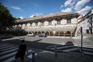 Medzi budovy, ktoré chátrajú a vlastní ich štát patrí aj základná škola na Lazaretskej ulici.