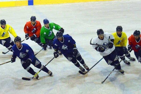 Hokejisti už trénujú na ľade.